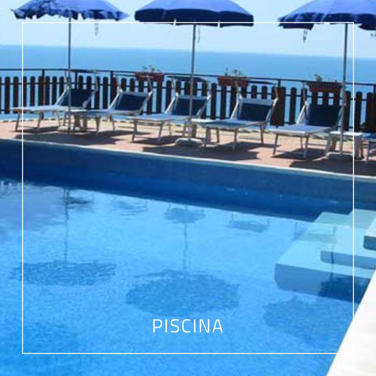 Piscina del Residence Punta Cilento - mare sullo sfondo